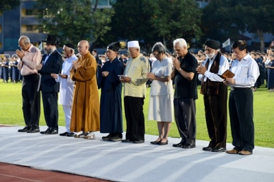 Representatives of the 10 major religions in Singapore, namely Buddhism, Hinduism, Zoroastrianism, Judaism, Taoism, Jainism, Catholicism and Christianity, Islam, Sikhism, and Bahaism, led all at the stadium to observe one minute of silence to pray for world peace. (Photo by Pua Poo Toong)Representatives of the 10 major religions in Singapore, namely Buddhism, Hinduism, Zoroastrianism, Judaism, Taoism, Jainism, Catholicism and Christianity, Islam, Sikhism, and Bahaism, led all at the stadium to observe one minute of silence to pray for world peace. (Photo by Pua Poo Toong)
